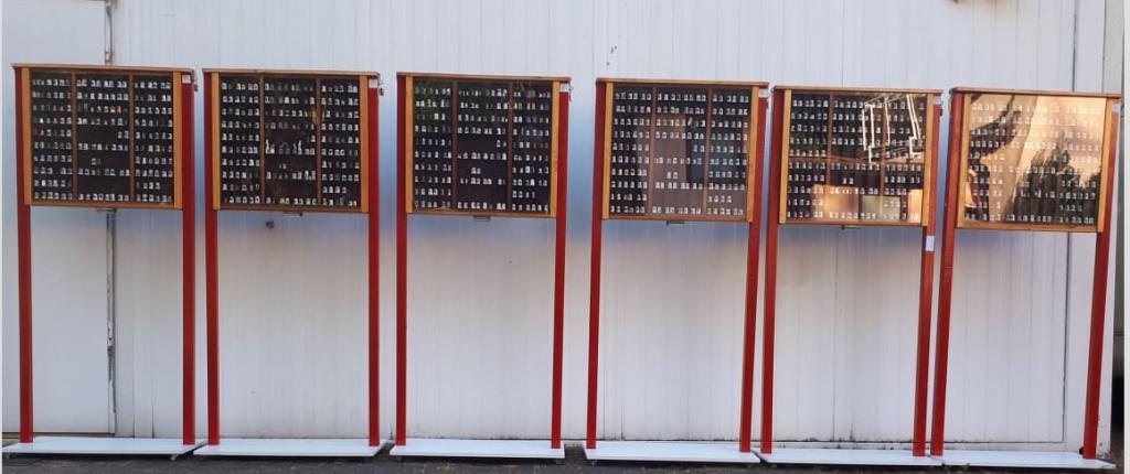 Sechs von zwölf Vitrinen des mobilen ZiC'nZaC-Fingerhut-Museums